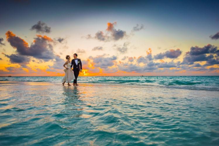 couple maldives beach